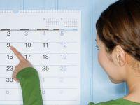 Девушка смотрит на календарь